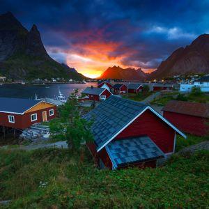 Rybackie domki z czerwoną elewacją w Norwegia. Fot. Shutterstock