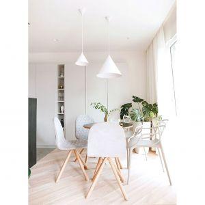 Istotną rolę w aranżacji pełni też oświetlenie w formie prostych białych brył. Projekt: Aleksandra Pater-Bartnik. Fot. ArchOmega Studio