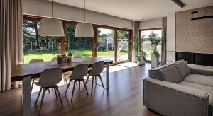 Zbliżająca się jesień to ostatni dzwonek na przygotowanie domu przed początkiem sezonu grzewczego. Kwestią, na którą właściciele domów powinni zwrócić szczególną uwagę jest szczelność okien.