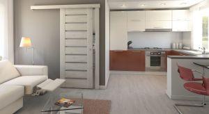 W małym mieszkaniu liczy się każdy centymetr. Funkcjonalne wykorzystanie dostępnej przestrzeni okazuje się kluczowe w aranżacji niewielkich pomieszczeń. Wybierając drzwi do małego mieszkania powinniśmy zadbać o to, by odpowiednio zagospodarowa�