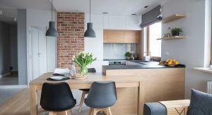 Czym wykończyć ścianę nad blatem roboczym w kuchni, żeby zawsze schludnie wyglądała, a do tego efektownie się prezentowała – radzi architekt wnętrz Małgorzata Górska-Niwińska z Pracowni Projektowej MGN.
