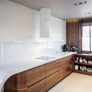 Na uwagę zasługuje biały blat o nietypowym zakończeniu oraz transparentne szkło na ścianie. Fot. Biuro Projektów MTM Styl