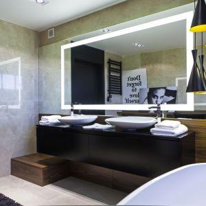 Duże lustro i ciekawe lampy to wyjątkowe elementy dekoracji łazienki. Fot. Biuro Projektów MTM Styl
