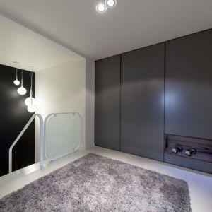 Klatka schodowa również wpisuje się w ogólny trend urządzenia domu - biel i czerń to elementy przewodnie. Fot. Biuro Projektów MTM Styl