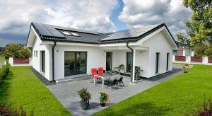 """Zastosowanie odnawialnych źródeł energii w domu to coś więcej niż bycie nowoczesnym i """"eko"""". To także doraźne korzyści finansowe dla naszego budżetu domowego. Jak zatem można skutecznie wykorzystać energię słoneczną w nowoczesnym domu?"""