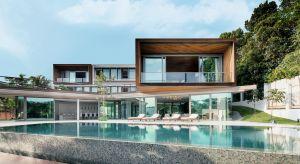Architektura tego nietypowego domu jednorodzinnego w Singapurze opiera się na zestawieniu przeciwieństw. Całkowicie zamknięta od strony ulicy konstrukcja elewacji kontrastuje z otwartym charakterem części zwróconej ku malowniczym obraz natury.