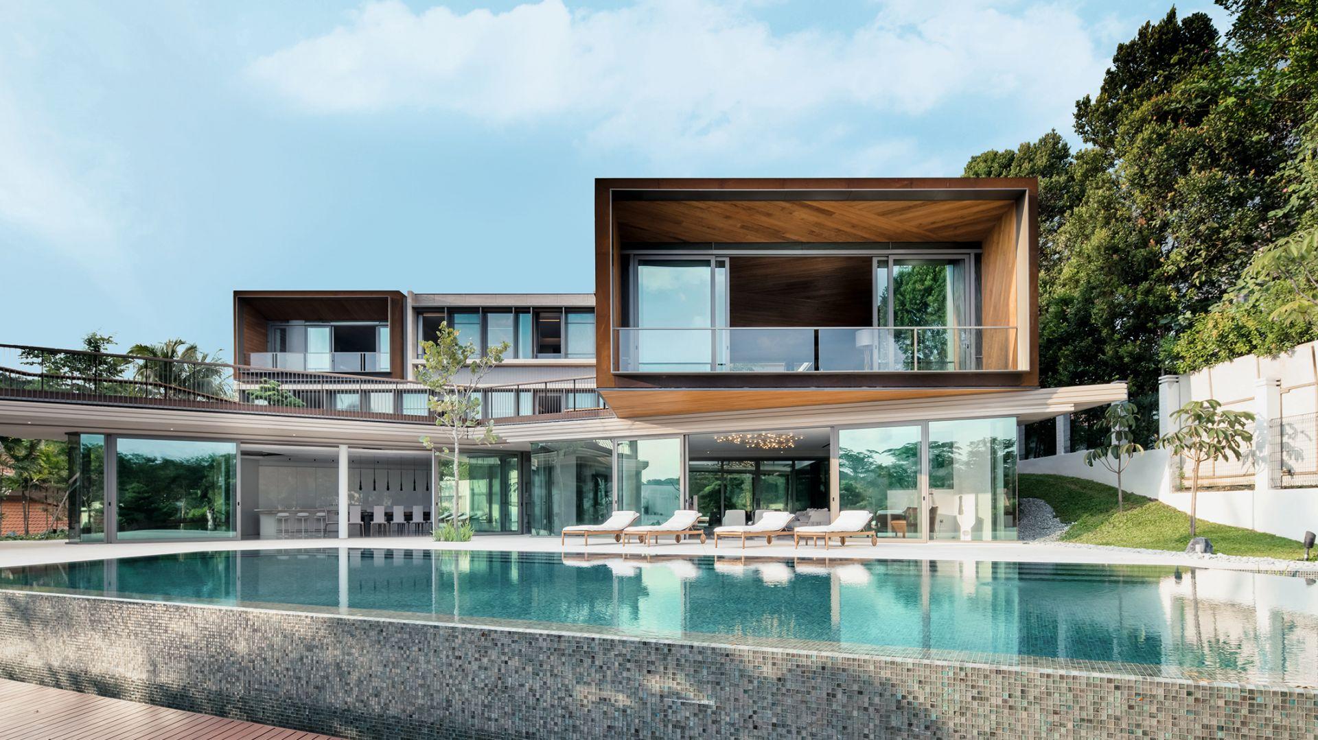 Plan parteru i konfiguracja struktury budynku odzwierciedlają diamentowy kształt wzgórza, na którym znajduje się działka. Fot. Schüco