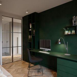 Oczkiem w głowie właścicieli okazał się gabinet. Tu mocniej zaakcentowano kolorystykę. Żeby wnętrze do pracy nie było monotonne pomalowano ścianę oraz meble na odcień głębokiej zieleni. Projekt i zdjęcia: JMW Architekci