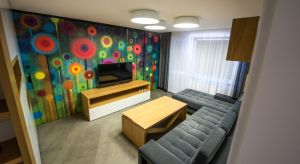 Metamorfoza małego,trzypokojowego mieszkania o powierzchni 47 m kw. miała na celu dostosowanie układu funkcjonalnego do życia i potrzeb inwestorki. Dzięki staraniom projektantek każdy centymetr przestrzeni został tu maksymalnie wykorzystany. Wnę