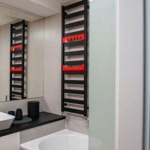 Barwny akcent w łazience stanowi oryginalny, czerwony wieszak na grzejniku. Projekt: Izabela Frankowicz-Karczewska, Małgorzata Szymonek (Modus Architekci). Fot. Łukasz Botor, Noyosei