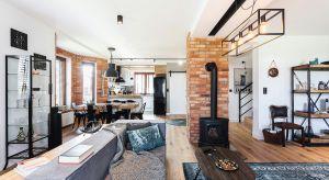 Ten dom od początku miał swój niepowtarzalny charakter. Podobnie jak jego właściciele. Urządzony w stylistyce vintage w pełni odzwierciedla ich zamiłowanie do starych mebli i pofabrycznych dekoracji.
