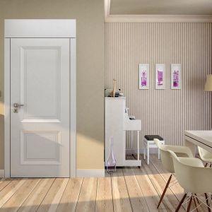 Drzwi drewniane z kolekcji Vertigo powstały z myślą o zwolennikach nowoczesnych i praktycznych rozwiązań. Dostępne w systemie przylgowym lub bezprzylgowym. Możliwości kolorystyczne niemal nieograniczone. Cena: 1.230 zł. Dostępne w ofercie firmy Pol-Skone. Fot. Pol-Skone