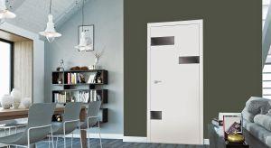Drzwi wewnętrzne dostępne są w niezwykle szerokiej palecie wzorów i kolorów. Bez problemu znajdziemy więc model pasujący do wnętrz urządzonych w każdym stylu. Jest w czym wybierać!