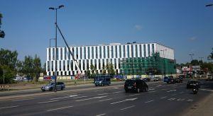 V.Offices – najbardziej ekologiczny budynek Europy Środkowo-Wschodniej ukazuje się mieszkańcom Krakowa w pełnej krasie. Prace na elewacjach zmierzają do końca, więc stopniowo wyłania się kształt i estetyka tego nowoczesnego obiektu.