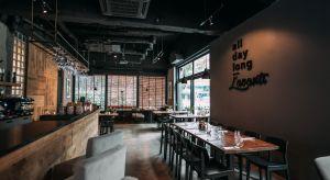Wnętrza restauracjiL'avanti to udany mariaż nowoczesnego, surowego stylu z ciepłym drewnem mebli i baru, przytulnymi kanapami oraz nastrojowym oświetleniem. Na 100-metrowejprzestrzeni ulokowano salę główną, strefę vip oraz bar. W okresie le