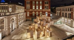 Od 15 września do 1 października 2018 r. podczas Londyńskiego Festiwalu Designu na Dziedzińcu Sacklera przy Muzeum Wiktorii i Alberta w Londynie można zobaczyćMultiPly. Ten dziewięciometrowy pawilon o zerowym śladzie węglowym, w całości wykon