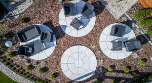 Nowa płyta tarasowa, inspirowana wyglądem występujących w przyrodzie skał, stanowi ona znakomity sposób na wprowadzenie naturalnego, a zarazem oryginalnego klimatu do ogrodu.