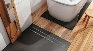 Czasy wysokich, wizualnie dominujących brodzików prysznicowych przemijają bezpowrotnie. W nowoczesnej strefie prysznica królują ultrapłaskie, minimalistyczne powierzchnie prysznicowe i dyskretne odpływy liniowe.