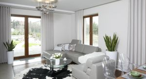 Biały i szaryw salonie cieszą się niesłabnącym powodzeniem. Polacy uważają, że aranżacje w tych kolorach są ponadczasowe i zawsze niezwykle eleganckie.