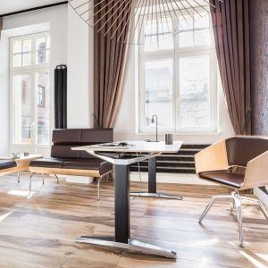 To skrojone na miarę maleńkie mieszkanie pełni rolę kameralnego biura - miejsca spotkań z klientami, a także weekendowego apartamentu na okazjonalny nocleg. Projekt: Kasia Orwat Design. Zdjęcia: Weronika Trojanowska Photografer