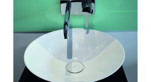 Niezwykle smukła, geometryczna forma umywalek stawianych na blacie lub na szafce w połączeniu z praktyczną, stojącą bądź ścienną baterią, np. z kolekcji VIGOUR derby, to wyjątkowo funkcjonalne oraz eleganckie zestawienie reprezentujące tę st
