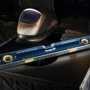 Poziomica jest przyrządem pomiarowym, z wbudowanymi jedną lub wieloma libellami rurkowymi, wykorzystującym siłę grawitacji ziemskiej do wyznaczania poziomości płaszczyzn lub pionowości ścian w budownictwie. Fot. Empire