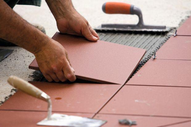 Komfortowe i sprawne wykonywanie prac remontowych wymaga odpowiedniego sprzętu. I choć w trakcie remontu wykonuje się wiele różnych robót istnieją narzędzia, bez których nie może obejść się żaden fachowiec. Miarka czy poziomica, jako narzęd