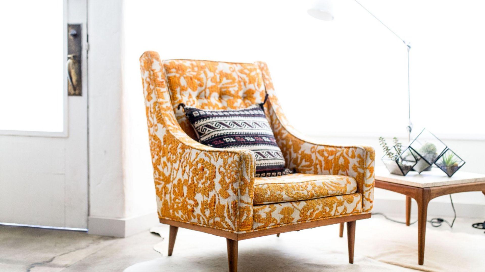 Pomarańczowy fotel w stylu retro. Fot. Franc Gardiner