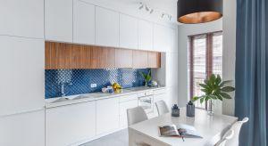 Ściana nad kuchennym blatem powinna zostać wykończona materiałem trwałym, odpornym na wodę i wilgoć, a przy tym estetycznym. Jakie rozwiązanie wybrać? Podpowiadamy.