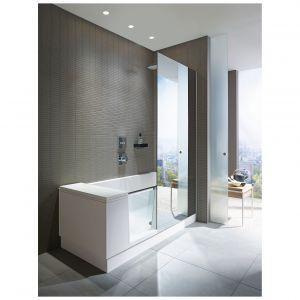 Shower+Bath marki Duravit to połączenie prysznica typu walk-in z wanną. Zintegrowane drzwi szklane łatwo transformują wannę w dostępny otwarty prysznic. Kiedy drzwi są otwarte do wewnątrz wanny, wtedy znikają pod wodoodpornym oparciem i pozostają niewidoczne. Projekt: EOOS. Fot. Duravit
