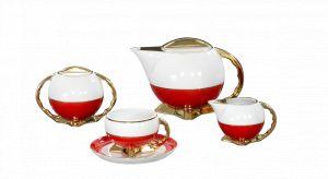 Z myślą o tym niezwykłym jubileuszu biało-czerwone barwy przybrały kultowe, porcelanowe kolekcje, jakimi są garnitur do kawy w fasonie Jenny, filiżanka do kawy Astra lub historyczna Kula.