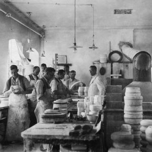 Modelarnia w fabryce porcelany. Fot. Ćmielów Polska Grupa Porcelanowa