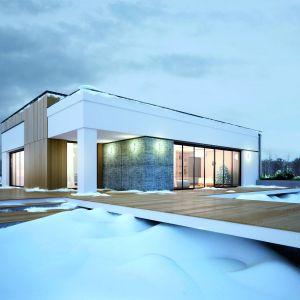 Dużym autem domu jest elewacja ogrodowa - z dużymi przeszkleniami wychodzącymi na rozłożysty taras. Fot. Biuro Projektów MTM Styl