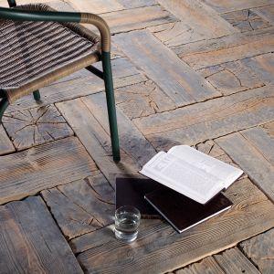 Nawierzchnie z betonu potrafią do złudzenia imitować inne materiały, w tym pięknie komponujące się z ogrodem drewno. Fot. Bruk-Bet
