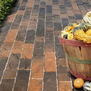 Kostki betonowe mogą być celowo postarzane, aby przywodzić na myśl tradycyjną kostkę brukową. Fot. Libet