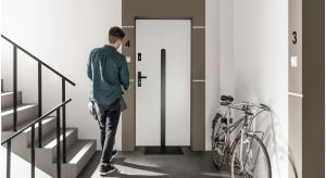 Białe drzwi cieszą się niesłabnącą popularnością, ze względu na ich uniwersalny charakter i możliwość dopasowania do różnych wnętrz. Drzwi wejściowe Doppio zaprojektowane przez Ewę Śliwińską wpisują się w ten trend i w zestawieniu z