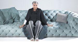 Jedna z czołowych postaci włoskiego designu – Paola Navone to niewątpliwie twórczyni najlepszego światowego wzornictwa. Projektuje dosłownie wszystko - nie tylko meble ale też ceramikę, biżuterię, lampy czy tkaniny. To właśnie jej zawdzięcz