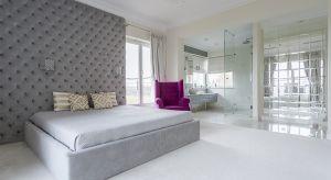 Planując wystrój sypialni warto postawić na rozwiązania wprowadzające relaksujący nastrój, ale też takie, które jednocześnie dodadzą przestrzeni niebanalnego stylu. Bez wątpienia są nimi szklane konstrukcje.