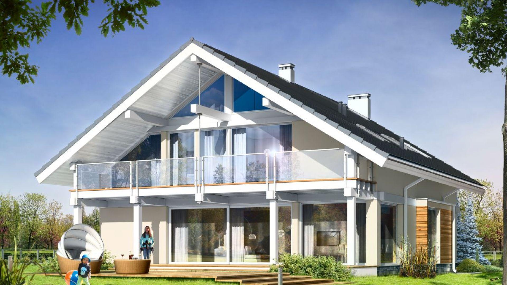 Duże przeszklenia, zaprojektowane na ogrodowej elewacji domu, w naturalny sposób łączą wnętrze z ogrodem. Projekt: arch. Michał Gąsiorowski, MG Projekt