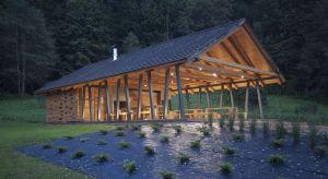 Stodoła Spotkań w Ryglicachto obiekt inspirowany tradycyjną polską architekturą drewnianą , prostymi formami domów z bali o konstrukcji zrębowej oraz drewnianymi stodołami.