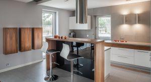 Inwestorzy pragnęli, by wnętrza ich domu były nowoczesne i chłodne w wyrazie. Materiałem, który zdominował część dzienną orazwyznaczył kierunek aranżacji stał się beton architektoniczny. Nie ma tu miejsca na łagodne i ciepłe kolory, pod