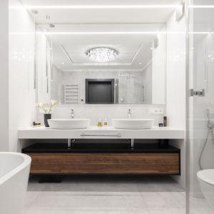 Łazienka utrzymana jest w jasnej palecie barw. Projekt: Mango Studio. Fot. Przemek Kuciński