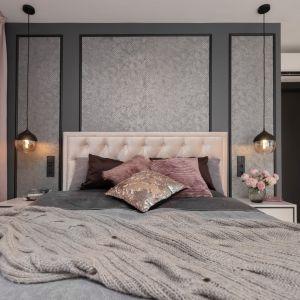 Delikatne odcienie w połączeniu z naturalnym drewnem podłogi tworzą ciepły i przytulny klimat tej komfortowej, a zarazem wytwornej sypialni. Projekt: Mango Studio. Fot. Przemek Kuciński