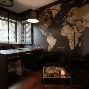 Mocnym punktem realizacji jest gabinet pana domu. Architektki z Mango Studio odważnie postawiły na ciemną kolorystykę. Projekt: Mango Studio. Fot. Przemek Kuciński