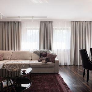 Mieszkanie pary to mariaż wysmakowanej estetyki i funkcjonalności, w którym spójnie przeplatają się żeńskie i męskie pierwiastki. Projekt: Mango Studio. Fot. Przemek Kuciński