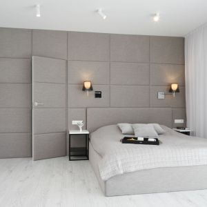 Aranżacja sypialni - wykończenie ściany za łóżkiem. Projekt: Ewelina Pik, Maria Biegańska. Fot. Bartosz Jarosz