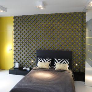 Aranżacja sypialni - wykończenie ściany za łóżkiem. Projekt: Monika i Adam Bronikowscy. Fot. Bartosz Jaros