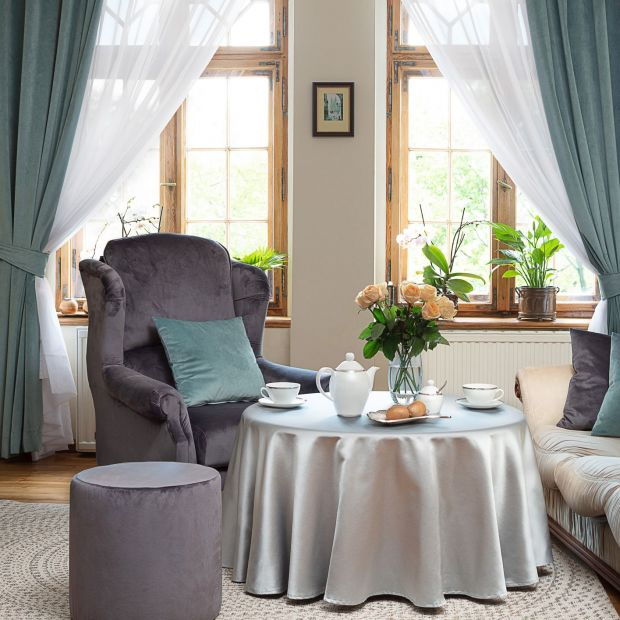 Jesienna aranżacja salonu - piękne kolekcje mebli i tkanin