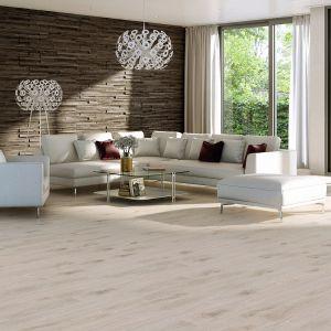 Jeans Short, FOUR_4 HIM Dąb Villa 1R, lakier mat szczotkowany – nowy rozmiar trójwarstwowych, dębowych podłóg z kolekcji Jeans, łączącej modny design z wysoką trwałością i szerokimi możliwościami aranżacyjnymi. Fot. Baltic Wood