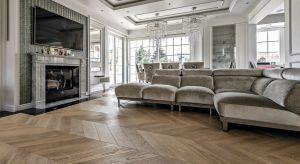"""Drewniane parkiety warstwowe cieszą się niesłabnącą popularnością. Producenci prześcigają się w jakości i pięknym wzornictwie. Tego typu podłogi mogą być montowane są na dwa sposoby: poprzez przyklejenie na stałe do podłoża lub też """""""